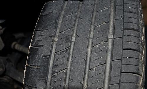 轮胎胎肩处有三角形的磨损标记
