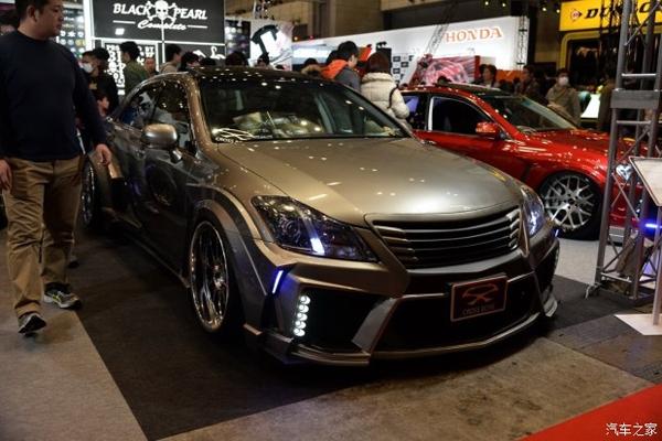 """东京改装展是日系改装车的天堂。眼下正在举行的2016年东京改装展上,来自""""黑珍珠""""(Black Pearl)的三款丰田皇冠改装案例。三款案例对于视觉方面的改动各具特色,却也有些异曲同工之妙      首先看到的第一款最醒目的就是一套宽体车身套件,宽大的进气口几乎占据了车头大部分面积,边缘的成排的大颗LED光源和深色的前唇衬底,活脱脱一艘太空船。什么?神似GT-R?开玩笑的事儿别当真。    从侧面观看,宽体车身套件将""""太空船""""外观进行到底,和前后杠、侧裙连接"""