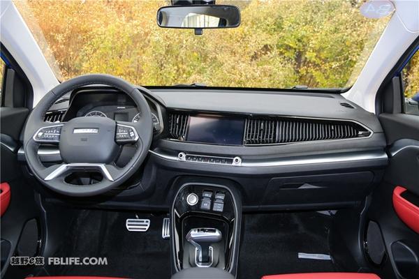 """哈弗汽车作为长城汽车的子品牌,在我国自主品牌市场中有着中流砥柱的地位,而哈弗旗下的多款车型同样在SUV市场有着举足轻重的地位。继2015年4月20日上海车展上,哈弗品牌高调发布了最新的""""红蓝""""标战略之后,哈弗在H2s这款小型SUV上再次呈现了红标与蓝标设计理念的不同,将自身产品线扩充的同时进一步细分化自己的车型,让用户有了更多的选择。  哈弗H2s并不是一款从天而降的车型,它的原型可以追溯到2015上海车展上发布的哈弗Concept B概念车。这样一台科技感十足的精致小型SUV在上"""