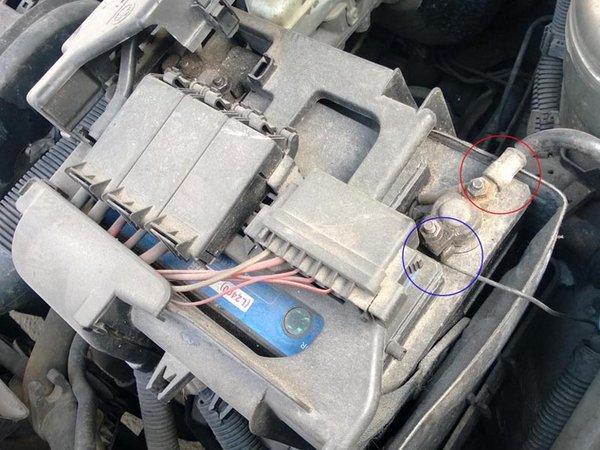 每个电池的电压是2v,通常汽车上所用的电瓶是将六个铅蓄电池串联成12v